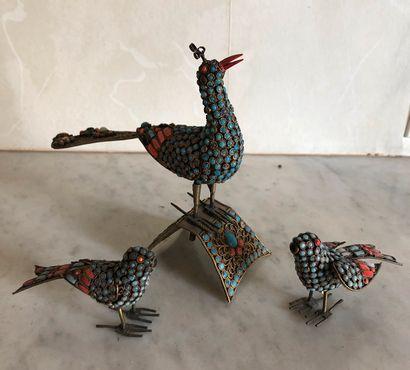 Oiseaux en métal ornés de turquoises et de...