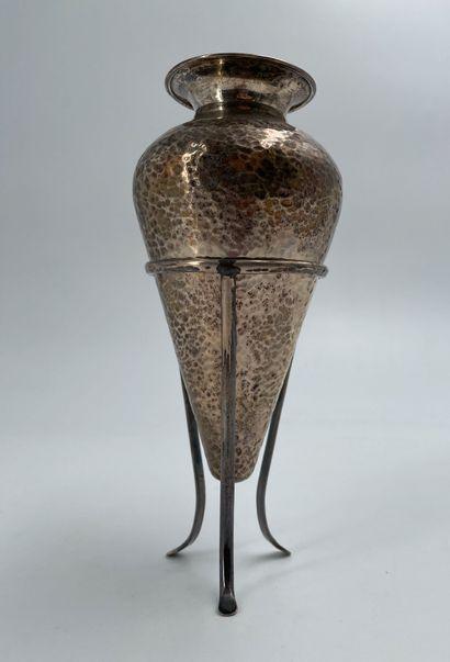 Vase martelé en argent sur pied tripode en...
