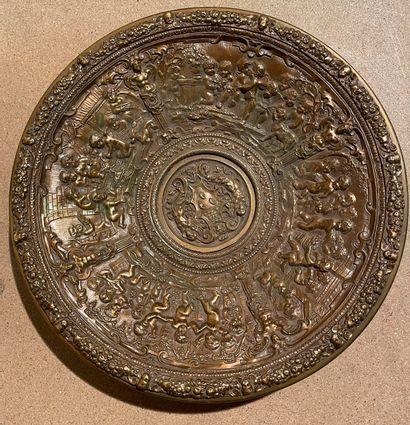 Coupe en bronze à décor repoussé de putti...