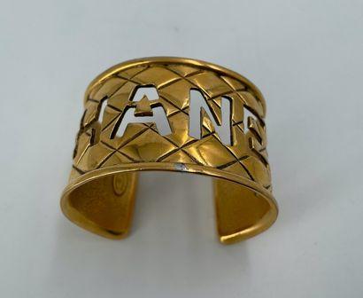 CHANEL  Bracelet manchette en métal doré...