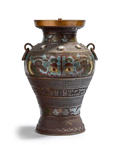 Vase monté en lampe en bronze à patine brune...