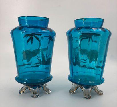 Paire de vases en verre bleu à décor or de...
