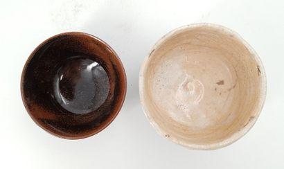 Lot composé :  - Bol en grès, H. 9 cm  - Bol en grès marron, H.5,5 cm