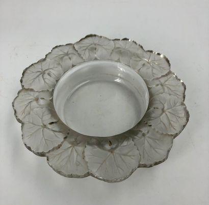Lalique France  Coupe en cristal clair et...