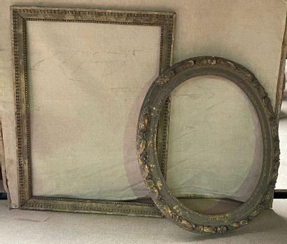 Deux cadres anciens  Ovale : 87 x 72 cm hors...