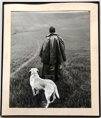 Luc ROUX  Portrait de dos de Philippe Noiret et un chien  Photographie  59 x 49...