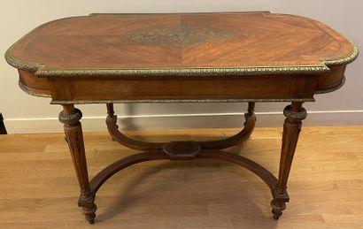 Table de salon en bois naturel  Le plateau...