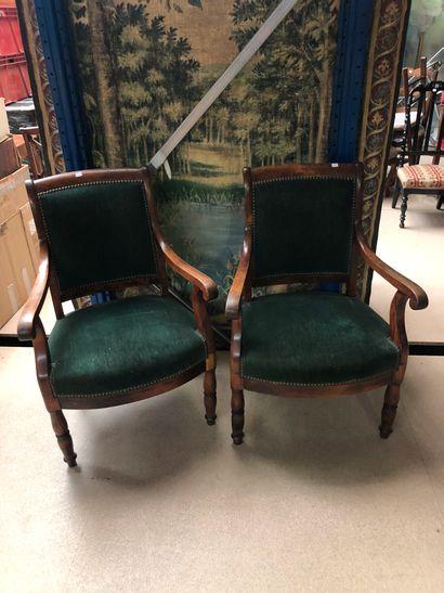 Paire de fauteuils à garninture de velours...