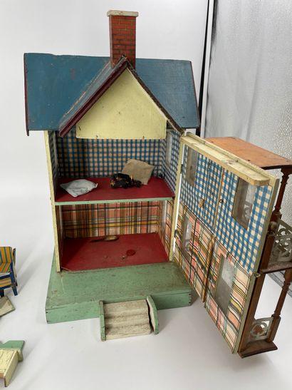 Maison de poupée en bois et tôle avec du mobilier  H. 45 cm  Accidents et manqu...