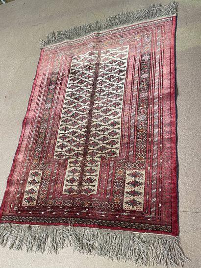 Petit tapis en laine et soie  Iran  135 x...