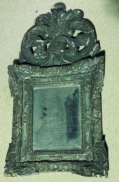 Miroir à parecloses en bois mouluré et sculpté...