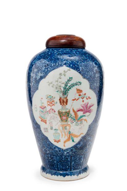 CHINE - XIXe siècle  Potiche en porcelaine,...