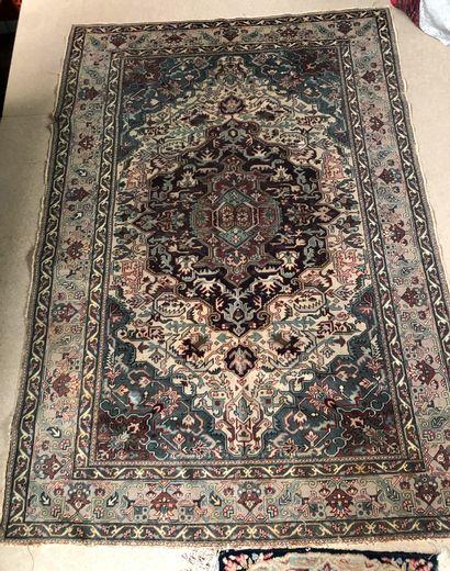 Un tapis et deux carpettes  Dim du tapis...