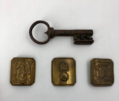 Clé ancienne en fer et trois plaques de ...
