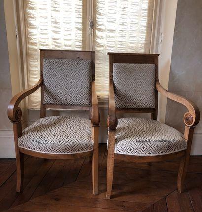 Paire de fauteuil en bois naturel et sculptés...