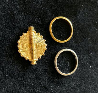 Deux alliances :  -une alliance en or jaune...