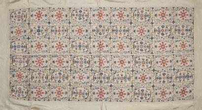 CHINE - Fin XIXe siècle  Tissu de soie brodé...