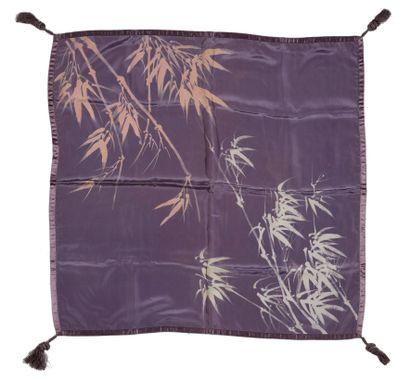 JAPON - XXe siècle  Fukusa en soie violette...