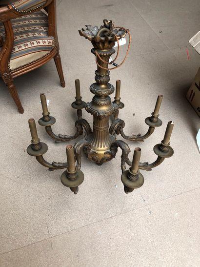 Lustre en bronze huit bras de lumière à décor...