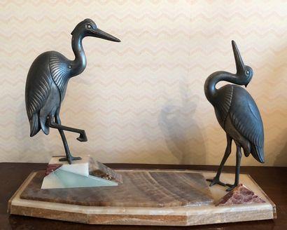 Deux ibis en étain sur un socle en marbre...