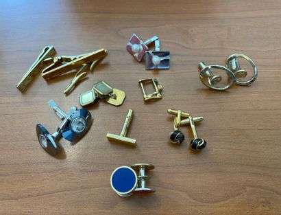 Ensemble de bijoux en métal argenté et doré...
