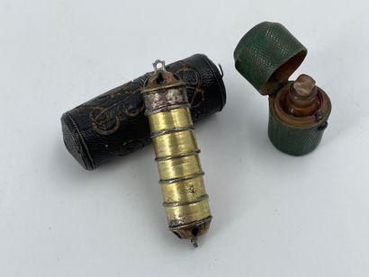 Pilulier en métal dans son écrin en cuir...