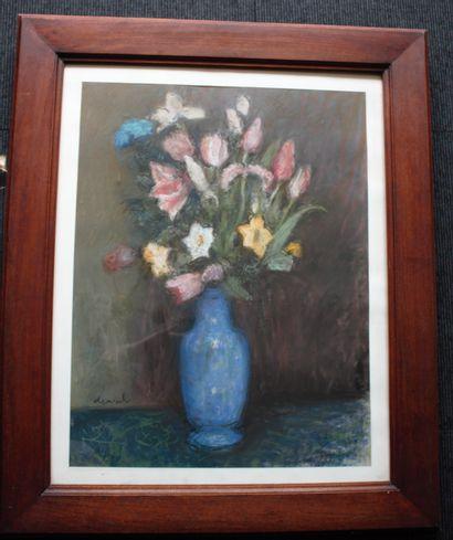 Pierre DEVAL (1897-1993)  Bouquet de fleurs  Pastel, signé en bas à gauche  60 x...