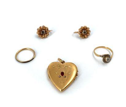 Lot en or jaune 18K 750°/°° comprenant un pendentif cœur, une alliance, une bague...