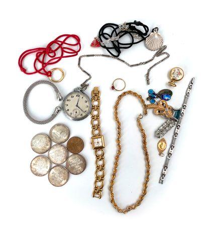 Lot en métal doré comprenant montres, broches, colliers …