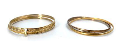 Deux bracelets en métal doré