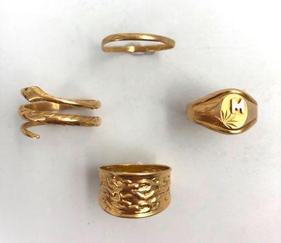 Lot en or jaune 18K 750°/°° comprenant une bague serpent, deux bagues et une alliance...