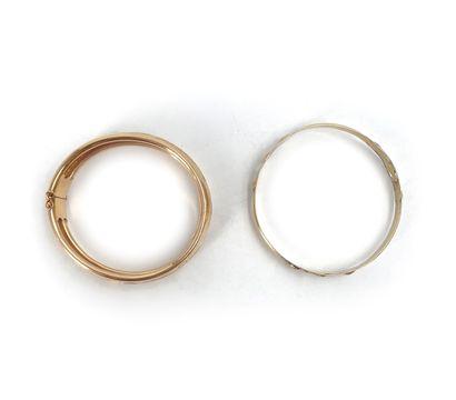 Lot de deux bracelets en or jaune 18K 750°/°° à décor de fleurs Poids: 61,54 g...