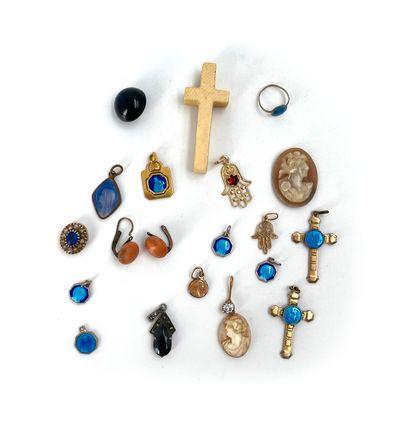 Lot de camées, croix, médailles miracule...