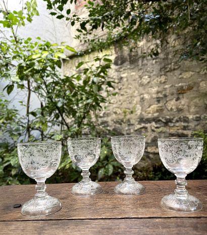 Quatre petits verres à liqueur à décor de...