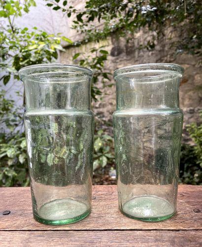 Deux bocaux en verre soufflé vert.  XIXe...
