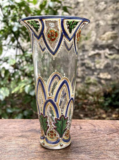 Petit vase en verre émaillé.  H. 14,5 cm...