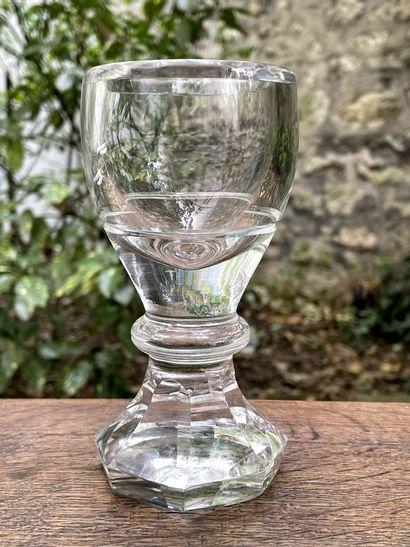 Lot comprenant :  - Verre à pied en verre....