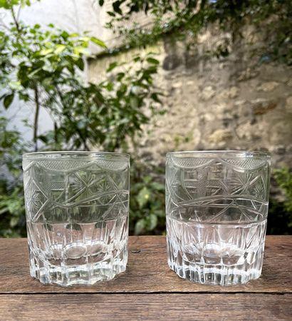 Deux verres en verre gravé à décor d'écusson.XIXème...