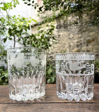 Deux gobelets en verre gravé dont un monogrammé...