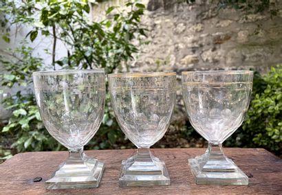 Lot comprenant :  - Trois verres sur pied...