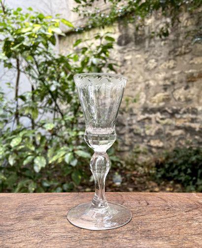 Petit verre à pied en verre soufflé à décor...