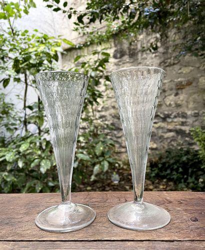 Deux flûtes en verre soufflé.  Liège, fin...