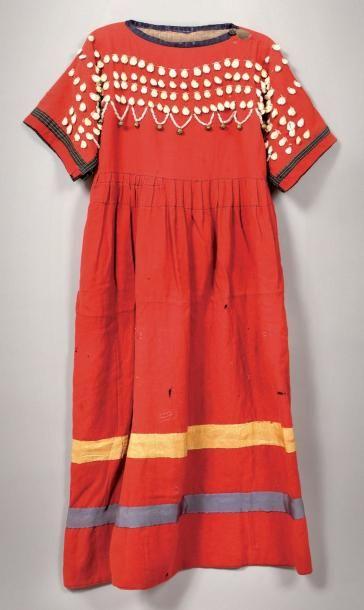 Robe Blood en flanelle rouge, ornée de cauris....
