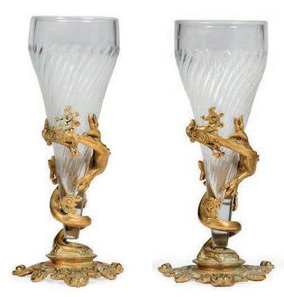 Paire de vases cornets en verre à cotes torses,...
