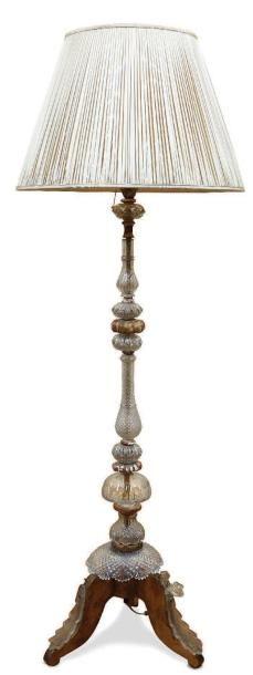 Lampadaire tripode en bois doré à décor de...