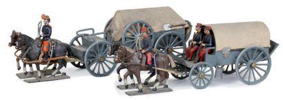 France. 1914-1915 Deux fourgons régimentaires bâchés. Modèles différents. Attelés...