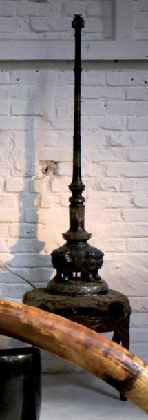 Pied de lampe en bronze patiné partiellement...