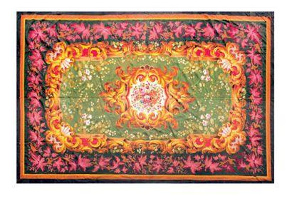 Très grand tapis en laine à médaillon central...