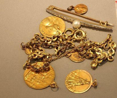 Lot en or 18k Trois médailles (1,48g; 3,36g; 2,89g) - Trois fibules (0,54g; 0,45g;...
