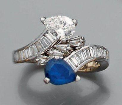 Bague toi et moi Ornée d'un diamant poire...